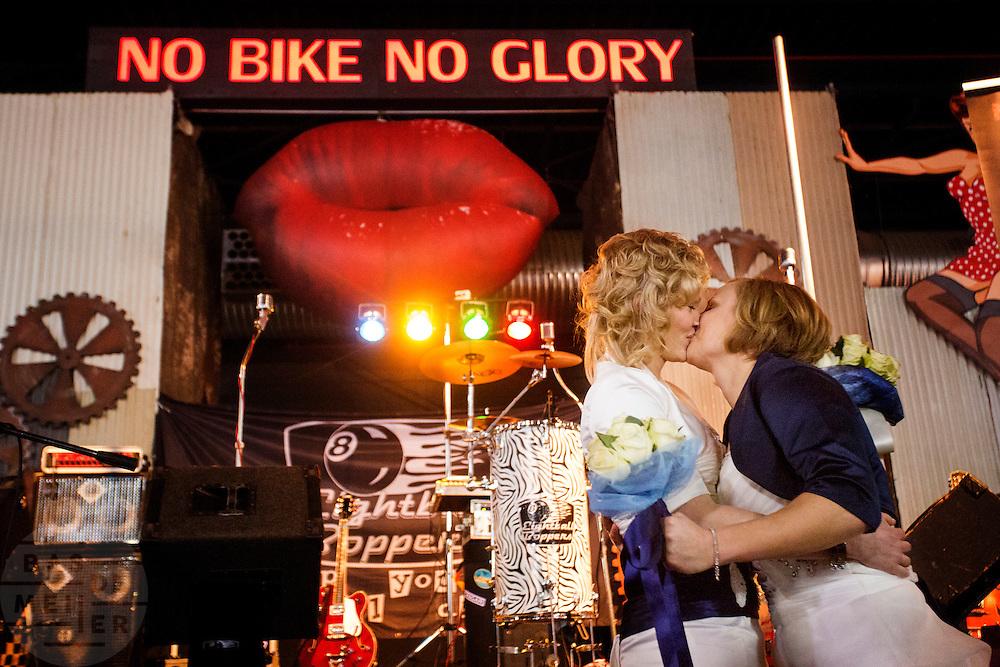 In Utrecht geven Anne van Os (links) en Nomi Brands  uit Wijk bij Duurstede elkaar het jawoord als opening van de 30e Motorbeurs in de Jaarbeurs. De twee vrouwen zijn fervente motorrijders en zijn achterop de motor naar de trouwlocatie op de beurs gereden.<br /> In Utrecht Anne van Os and Nomi Brands from Wijk bij Duurstede are married as the opening of the 30th Motorcycle Exhibition in the Jaarbeurs. The two women are avid motorcyclists and drove at the back of a motorcycle to the wedding venue at the fair.