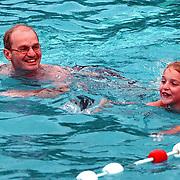 Zwemvierdaagse 1998 Huizen, Jan Bout zwemmend met zijn Alice