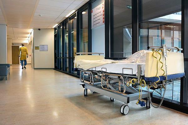 Nederland, Nijmegen, 28-6-2012Een bed, ziekenhuisbed, patientenbed, staat in de gang van de ok afdeling.Foto: Flip Franssen