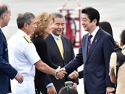 Der japanische Ministerpräsident Shinzo Abe gedenkt der Opfer des Angriffs auf Pearl-Habour von 1941 / 271216 *** Japanese Prime Minister Shinzo Abe (far R) arrives in Honolulu on Dec. 26, 2016, for a symbolic visit to Pearl Harbor -- the site of the surprise Japanese attack in 1941 that drew the United States into World War II -- and a final summit with outgoing U.S. President Barack_Obama.