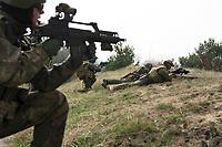 """03 APR 2012, LEHNIN/GERMANY:<br /> Kampfschwimmer der Bundeswehr trainieren """"an Land"""" infanteristische Kampf, hier Haeuserkampf- und Geiselbefreiungsszenarien auf einem Truppenuebungsplatz<br /> IMAGE: 20120403-01-154<br /> KEYWORDS: Marine, Bundesmarine, Soldat, Soldaten, Armee, Streitkraefte, Spezialkraefte, Spezialkräfte, Kommandoeinsatz, Übung, Uebung, Training, Spezialisierten Einsatzkraeften Marine, Waffentaucher"""