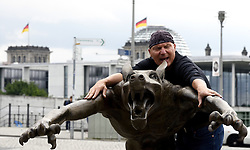 """Kunstprojekt Die Wölfe sind zurück von Rainer Opolka wird vor dem Berliner Hauptbahnhof aufgebaut, hier der Künstler beim Aufbau / 040816<br /> <br /> ***Rainer Opolka art project The Wolves are Back against hate and xenophobia is set up at Berlin Central Station, August 4rd, 2016***<br /> <br /> [Der Künstler Rainer Opolka baut am Mittwoch den (04.08.16) seine Kunstaustellung """"Die Wölfe sind zurück?"""" vor dem Berliner Hauptbahnhof auf """"Kunstausstellung gegen Hass und Gewalt. 66 Wolfe des Kunstlers Rainer Opolka zeigen was passiert, wenn in einer Gesellschaft Ordnung und Zusammenhalt zerbrechen und Hass sich ausbreitet Die Austellung wird am 05.08.16 um 18.00 eröffnet und geht bis zum 16.08.16.]"""