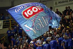 11-05-2017 ITA: Finale Liu Jo Modena - Igor Gorgonzola Novara, Modena<br /> Novara heeft de titel in de Italiaanse Serie A1 Femminile gepakt. Novara was oppermachtig in de vierde finalewedstrijd. Door een 3-0 zege is het Italiaanse kampioenschap binnen. / Support Novara publiek vlag<br /> <br /> ***NETHERLANDS ONLY***