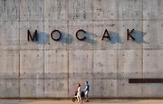 Kraków, 2018-08-29. MOCAK postindustrialne muzeum sztuki współczesnej MOCAK działające na terenie dawnej Fabryki Schindlera. Zabłocie. - zaniedbana do niedawna prawobrzeżna dzielnica Krakowa, aktualnie jeden z najbardziej dynamicznie rozwijających się obszarów Krakowa. Rewitalizacja i rosnący prestiż tego miejsca, powoduje, że Zabłocie stało się atrakcyjnym terenem dla deweloperów, inwestorów, mieszkańców jak również dla ludzi kultury i sztuki.Powstają tu modne restauracje i puby a mieszkańcy Krakowa coraz częściej wybierają Zabłocie jako miejsce zamieszkania i wypoczynku zamiast ciasnego Starego Miasta i Kazimierza.