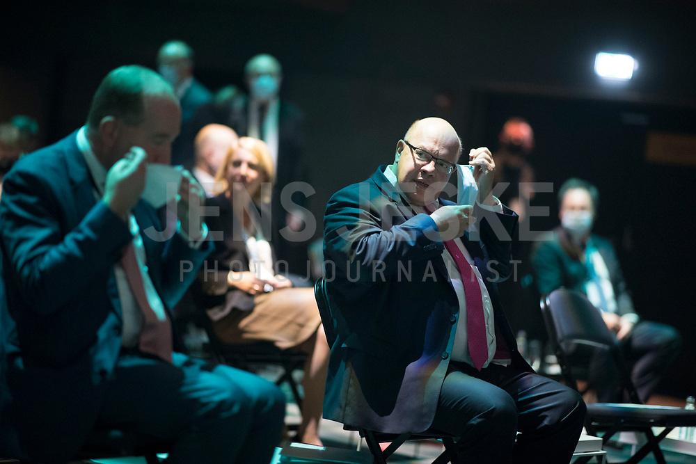 DEU, Deutschland, Germany, Berlin, 05.10.2020: BDI-Hauptgeschäftsführer Dr. Joachim Lang (L) und Bundeswirtschaftsminister Peter Altmaier (CDU) auf dem Tag der Industrie (TDI) des Bundesverbands der Deutschen Industrie (BDI) in der Verti Music Hall.