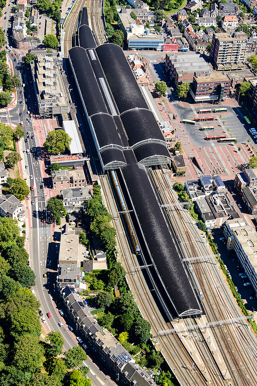 Nederland, Noord-Holland, Haarlem, 01-08-2016; Station Haarlem en omgeving, Stationsplein met busstation.<br /> <br /> luchtfoto (toeslag op standard tarieven);<br /> aerial photo (additional fee required);<br /> copyright foto/photo Siebe Swart