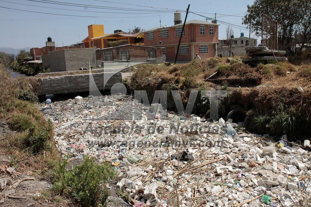 Toluca, México.- Vecinos de la colonia Emiliano Zapata se quejan por lo contaminado del canal Totoltepec, el cual pasa lleno de PET, unisel y otros desechos, lo que provoca que en temporada de lluvias este se desborde y afecte las viviendas cercanas.  Agencia MVT / Crisanta Espinosa