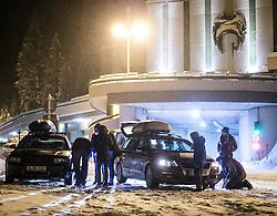 01.02.2014, Felbertauern Südportal, Matrei, AUT, Schneefälle in Oberkärnten und Osttirol, im Bild Schneekettenpflicht auf der Felbertauern Mautstrasse. Touristen beim Schneeketten montieren. Über Nacht vielen bis zu 1,2 Meter Neuschnee in weiten Teilen Oberkärnten und Osttirols und forderten bereits zwei Todesopfer. EXPA Pictures © 2014, PhotoCredit: EXPA/ JFK