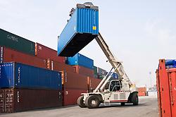 Porto do Rio de Janeiro. Containers no terminal de cargas / Port of Rio de Janeiro. General cargo in containers
