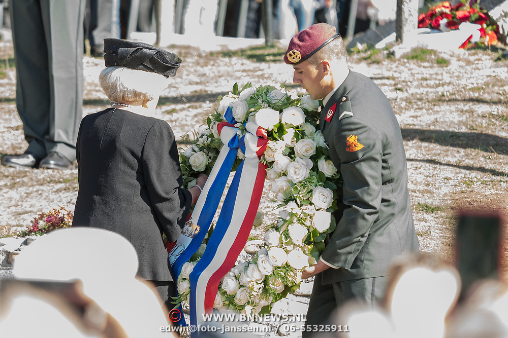 NLD/Ede/20190921- Prince Charles en Prinses Beatrix bij herdenking Airborne, Prinses Beatrix legt een krans ter nagedachtenis