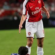 NLD/Amsterdam/20080808 - LG Tournament 2008 Amsterdam, Ajax v Arsenal, Robin van Persie helpt Dario Cvitanich overeind na een overtreding
