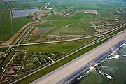 Nederland, Noord-Holland, Gemeente Schoorl, 28-04-2010; Hondsbossche zeewering gezien naar het noorden. Links van de zeedijk de Vereenigde Harger- en Pettemerpolder en de Oude Schoorlse Zeedijk. De bochten in deze oude dijk duiden op vroegere dijkdoorbraken (wielen), links van de dijk de Abtskolk. De Hondsbossche is aangelegd als zeewering nadat de oorspronkelijke duinen weggeslagen waren, kribben beschermen de dijk. .Hondsbossche seawall seen to the south, left of the seawall the United Harger Pettemer Polder and an old dike. The curves in this old dyke dykes indicate earlier breaches resulting in small pools, such as the Abtskolk. The Hondsbossche seawall was built after the primal dunes were washed away..luchtfoto (toeslag), aerial photo (additional fee required).foto/photo Siebe Swart