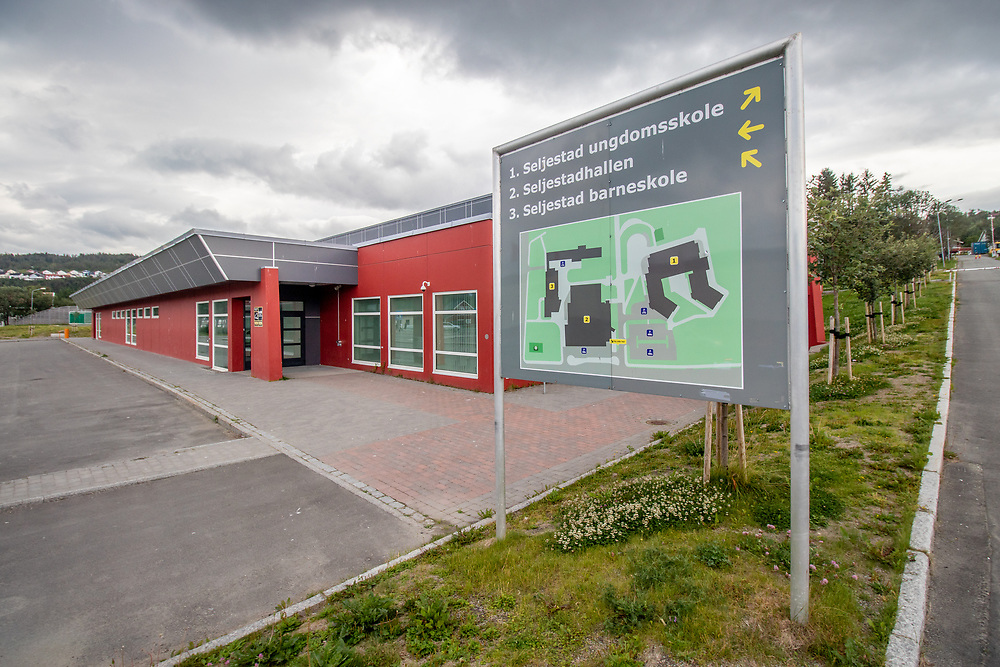 Skilt som viser vei til de forskjellige skolebyggene på Seljestad i Harstad: ungdomsskole, idrettshall og barneskole.