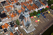 Nederland, Noord-Holland, Alkmaar, 14-07-2008; Waag omgeven door terrassen met parasols, op het Waagplein wordt op vrijdag in het seizoen de wekelijkse toeristische kaasmarkt gehouden; toeristische attractie, Waaggebouw, gouda, kaasdrager*; terras; toerisme. .luchtfoto (toeslag); aerial photo (additional fee required); .foto Siebe Swart / photo Siebe Swart