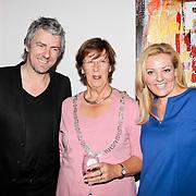 """NLD/Almere/20110624 - Expositie opening Ruud de Wild """"Moving"""" Galerie aan de Amstel, Ruud de Wild met Burgemeester van Almere Annemarie jorritsma en eigenaresse Petra Leene"""