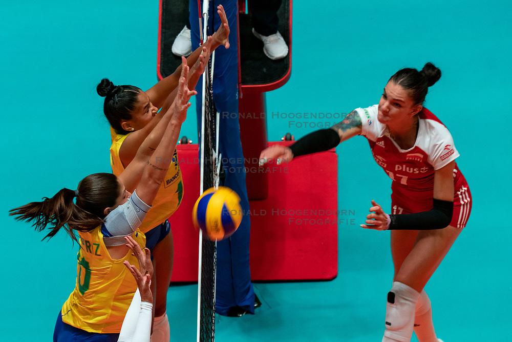 29-05-2019 NED: Volleyball Nations League Poland - Brazil, Apeldoorn<br /> Tainara Lemes Santos #11 of Brazil, Monika Bociek #11 of Poland, Ana Beatriz Correa #20 of Brazil