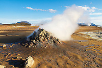 Islande. Fumerolle a Hverir. Lac Myvatn. // Iceland. Smoke and gas at Hverir. Myvatn lake.