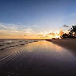 As praias da restinga do Mussulo ao pôr do sol (lado da baía). Angola