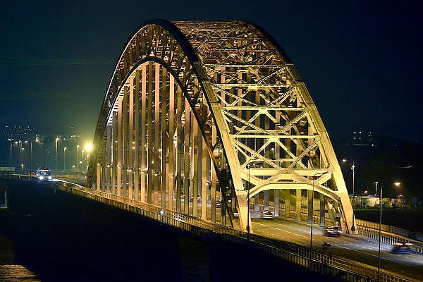 Nederland, Nijmegen, 30-9-2014De Waalbrug bij Nijmegen verlicht tijdens de avond, nacht. Flip Franssen/Hollandse Hoogte
