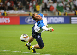 18.01.2010, Green Point Stadium, Cape Town, RSA, FIFA WM 2010, England (ENG) vs Algeria (ALG), im Bild Robert Green of England during the pre match warm up fails to make a save. EXPA Pictures © 2010, PhotoCredit: EXPA/ IPS/ Marc Atkins / SPORTIDA PHOTO AGENCY