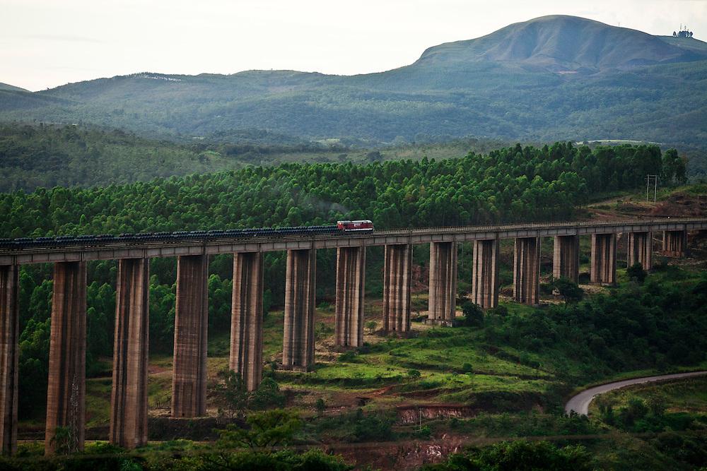 Ouro Branco_MG, Brasil...Viaduto ferreo sobre a rodovia MG 30 em Ouro Branco, Minas Gerais...Railroad overpass over highway MG 30 in Ouro Branco, Minas Gerais...Foto: JOAO MARCOS ROSA / NITRO