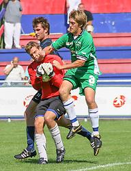 FODBOLD: Marc Kraft (Helsingør) går hårdt til Jesper Andresen (NKF) under kampen i Kvalifikationsrækken, pulje 1, mellem Elite 3000 Helsingør og Nivå-Kokkedal FK den 6. august 2006 på Helsingør Stadion. Foto: Claus Birch