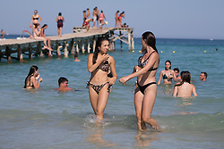 © Licensed to London News Pictures.  02/07/2021. Alcudia, Spain. Holidaymakers enjoy the sunshine and beaches on Mallorca as Balearic Islands are on the UK 'green list' from Wednesday. Photo credit: Marcin Nowak/LNP