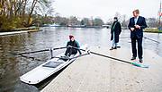 AMSTERDAM, 11-12-2020,roeivereniging Willem III<br /> <br /> Koning Willem Alexander tijdens een bezoek aan roeivereniging Willem III in Amsterdam. Het werkbezoek stond in het teken van de impact van de coronamaatregelen op de sportsector en de gevolgen voor het verenigingsleven en gezondheid.