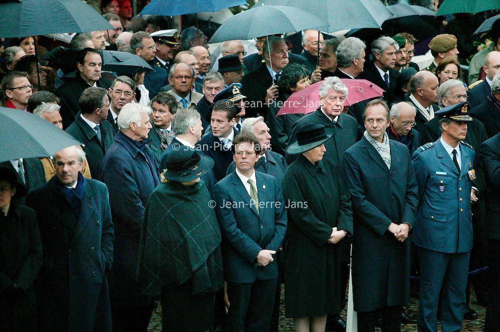Nederland.Amsterdam.4 mei 2004..Dodenherdenking op de Dam..Onder de aanwezigen vele politici en ex.premier Wim Kok.