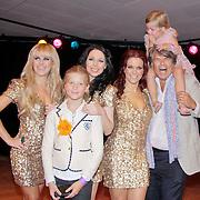 NLD/Den Haag/20110731 - Premiere musical Alice in Wonderland met K3, Emile Ratelband met dochter Beau, Kristel Verbeke, Karen Damen, Josje Huisman