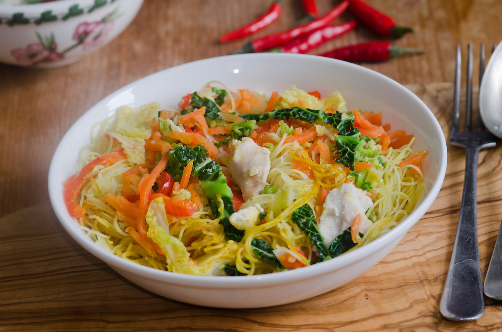 Chicken breast pieces with rice noodles in spicy coconut and chili sauce