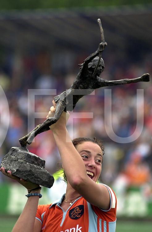 fotografie frank uijlenbroek©2000 frank uijlenbroek<br />NEDERLAND-DUITSLAND:AMSTERDAM;3JUNI2000-<br />Damesfinale Champions Trophy .eindstand 3-2 voor Nederland.<br />Na tranen komt zonnenschijn aanvoerster Dillianne van den Boogaardt met de trofee.