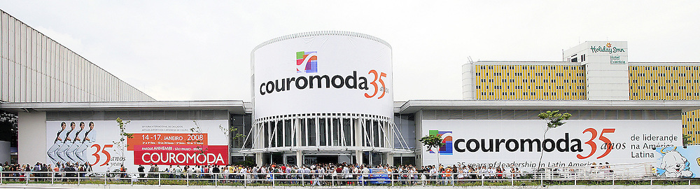 Movimento de público no segundo dia da COUROMODA 2008 - 35ª Feira Internacional de Calçados, Artigos Esportivos e Artefatos de Couro que acontece de 14 a 17 de janeiro, no Parque Anhembi, São Paulo. FOTO: Jefferson Bernardes / Preview.com