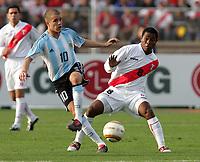 Fotball<br /> Copa Amercia 2004<br /> Chiclayo - Peru<br /> Kvartfinale<br /> Argentina v Peru<br /> 17. juli 2004<br /> Foto: Digitalsport<br /> NORWAY ONLY<br /> ANDRES D'ALESSANDRO og JUAN JAYO