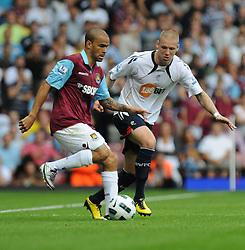21.08.2010, Boleyn Ground, London, ENG, PL, West Ham United vs Bolton Wanderers, im Bild Kieron Dyer on the ball with Grtar Steinsson (r)..West Ham vs Bolton.English Championship. EXPA Pictures © 2010, PhotoCredit: EXPA/ IPS/ Daniel Cawthorne +++++ ATTENTION - OUT OF ENGLAND/UK +++++ / SPORTIDA PHOTO AGENCY