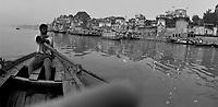 """Benares (Varanasi) Indie, 10.1997.   Najbardziej znane na swiecie indyjskie miasto-1,5 mln mieszkancow. Jest najwazniejszym miejscem pielgrzymkowym w Indiach i zarazem najwieksza atrakcja turystyczna kraju. Miasto lezy nad Gangesem (Ganga) swieta rzeka hinduizmu. Kazdy wyznawca hiduizmu przynajmniej raz w zyciu pownien obmyc cialo w wodach Gangesu w Benares, stad mozna powiedziec, ze jest to najwazniejsze miasto dla wyznawcow hinduizmu *** Varanasi, also known as Benares, is a city on the banks of the river Ganges in Uttar Pradesh, India. In the sacred geography of India Varanasi is known as the """"microcosm of India"""". Varanasi is considered as the religious capital of Hinduism *** N/z lodz na Gangesie  fot Michal Kosc / AGENCJA WSCHOD"""