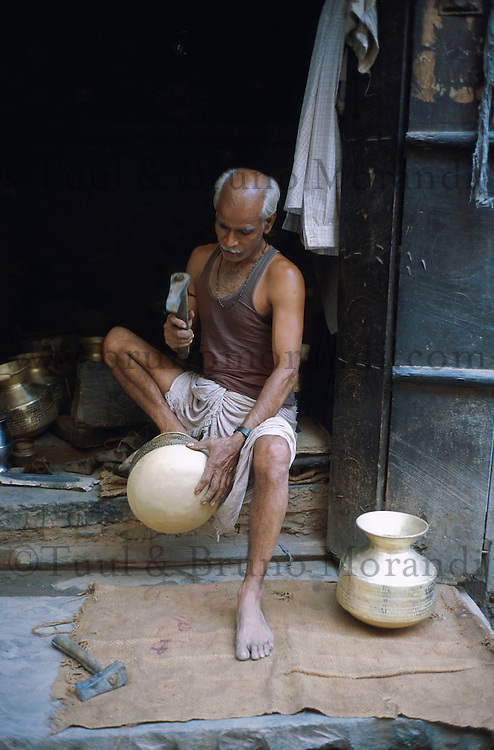 Inde. Rajasthan. Jaipur. Artisan chaudronier. // Inde. Rajasthan. Jaipur. Craftman.