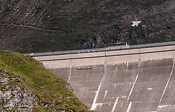 THEMENBILD - ein Bus fährt auf der Staumauer des Moserboden Stausees, aufgenommen am 15. Juni 2017, Kaprun, Österreich // a Transport Bus drives over the dam of the reservoir Moserboden on 2017/06/15, Kaprun, Austria. EXPA Pictures © 2017, PhotoCredit: EXPA/ JFK