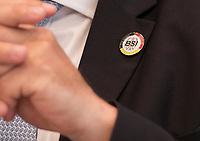 DEU, Deutschland, Germany, Berlin, 11.10.2018: Anstecknadel (mit Aufschrift: Prävention, Detektion, Reaktion) am Sakko von BSI-Präsident Arne Schönbohm in der Bundespressekonferenz bei der Vorstellung des Lageberichtes des Bundesamtes für Sicherheit in der Informationstechnik (BSI). Schlips mit Bildern von Vorhängeschlössern.