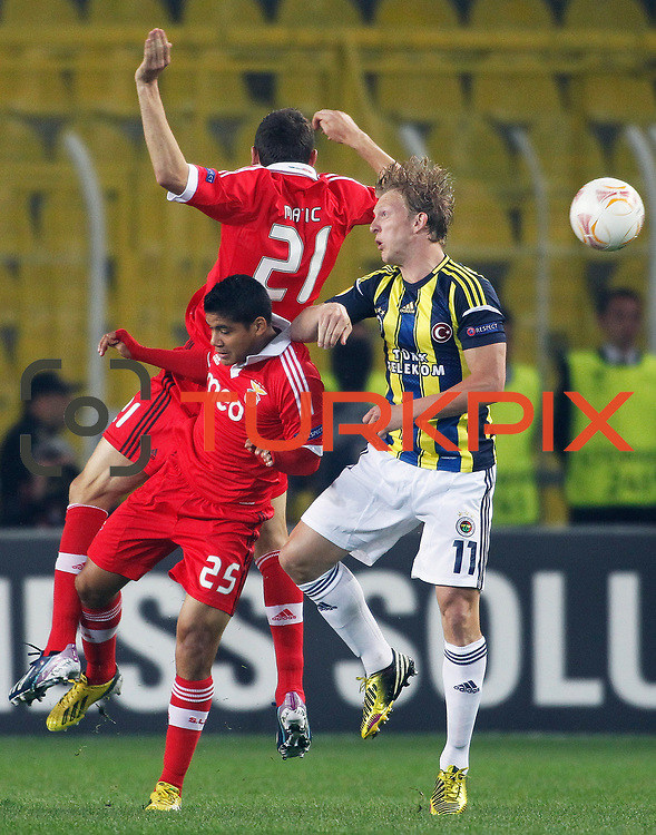Fenerbahce's Dirk Kuijt (R) and Benfica's Melgarejo (L) during their UEFA Europa League Semi Final first match Fenerbahce between Benfica at Sukru Saracaoglu stadium in Istanbul Turkey on Thursday 25 April 2013. Photo by Aykut AKICI/TURKPIX