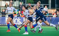 AMSTELVEEN - Ginella Zerbo (SCHC) met Daphne van der Vaart (Pinoke) tijdens de competitie hoofdklasse hockeywedstrijd dames, Pinoke-SCHC (1-8) . COPYRIGHT KOEN SUYK