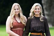 Zomerfotosessie 2019 bij Paleis Huis ten Bosch in Den Haag<br /> <br /> Summer photo session 2019 at Palace Huis ten Bosch in The Hague<br /> <br /> Op de foto / On the photo:  Koningin Maxima en  prinses Amalia / Queen Maxima and Princess Amalia