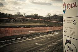 Corleto Perticara (PZ) 17.02.2009, Italy - Tempa Rossa - Speranze e realtà del giacimento Total in Basilicata. Il  giacimento petrolifero si estende in superficie per circa 30.000 ettari di terreno boschivo a nord-est dell'abitato, ampiamente sfruttato già dal 2001 nella produzione di energia eolica. Il 28 gennaio 2008 il comune, nella persona del suo sindaco, avvocato Paolo Pietro Montano e Total Italia S.p.A. nella persona del suo amministratore delegato per il settore Esplorazione e Produzione, Dott. Lionel Levha, hanno siglato un Patto storico per la concessione dei diritti di superficie necessari alla realizzazione di un centro olio in località Tempa Rossa, a quattro Km in linea d'aria dal centro abitato, per un tempo pari a 99 anni. La coltivazione di idrocarburi, che a a pieno regime comporterà l'estrazione di 50.000 barili di greggio al giorno, gas naturale per 250.000 m2, GPL per 267 tonnellate e zolfo per 60 tonnellate, avrà inizio entro l'anno 2011. Le riserve sono stimate intorno ai 420 milioni di barili equivalenti. NELLA FOTO: Il cantiere Tempa Rossa.