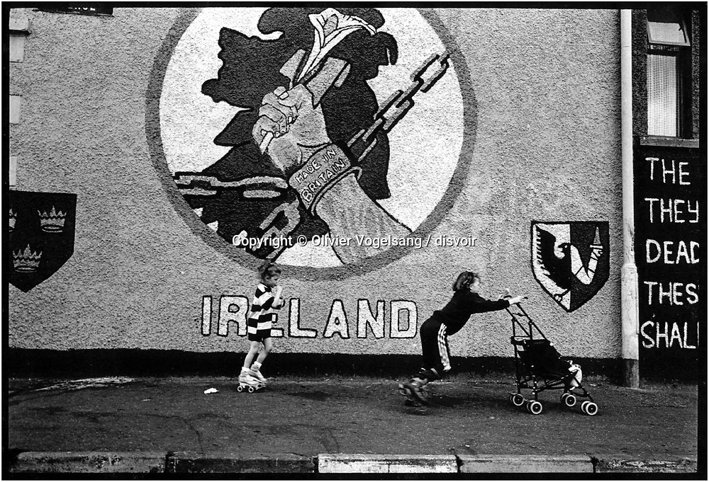 Irlande du Nord. Belfast. Slogan unioniste sur les murs.<br /> Northern Ireland. Belfast. Painting wall.