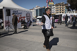 April 2, 2017 - Istanbul, Turkey - AKP supporters distribute leaflets (YES) for the constitutional referendum vote in Kadikoy district of Istanbul  (Credit Image: © Sahan Nuhoglu/Pacific Press via ZUMA Wire)