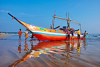 Sri Lanka, province du sud, plage de Weligama, catamaran sur la plage // Sri Lanka, Southern Province, South Coast beach, Weligama beach, catamaran, fishermen's boat
