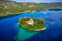 Croatie, Dalmatie centrale, parc national de Krka, monastère de Visovac sur la rivière Krka // Croatia, Dalmatia, Sibenik-Knin, Krka National Park, Roman Catholic Franciscan monastery Visovac