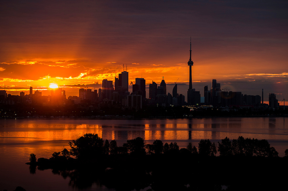 The sun rises over the skyline in Toronto, August 4, 2015.   REUTERS/Mark Blinch