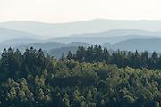 Blick auf Hügel des Bayerischen Waldes vom Stausee Frauenau, Bayerischer Wald, Bayern, Deutschland | view on hills of Bavarian Forest, Bavaria, Germany
