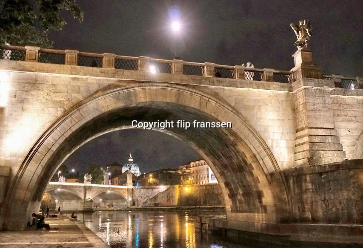 Italie, Italy, Rome, 15-5-2016 Zicht op het vaticaan en de basiliek van sint Pieter vanaf de oever van de Tiber. Doorkijkje onder bruggen .FOTO: FLIP FRANSSEN